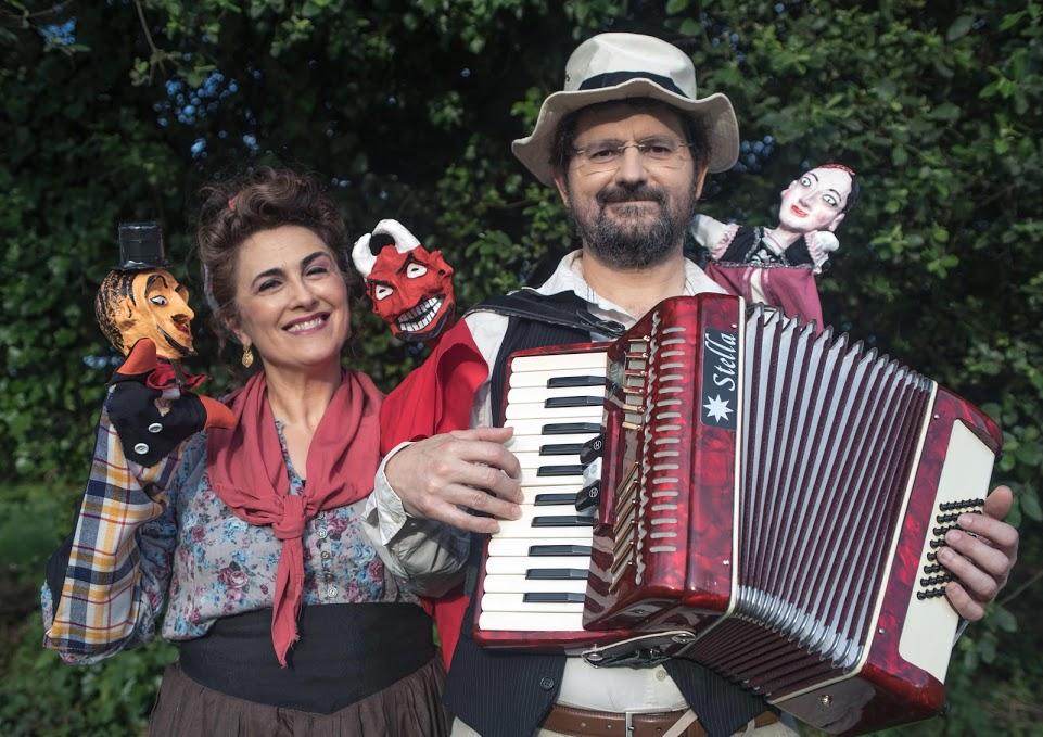 Maximino, co acordeón, e Hermelinda, cos bonecos: Don Ramonciño, Micaela e o Demo