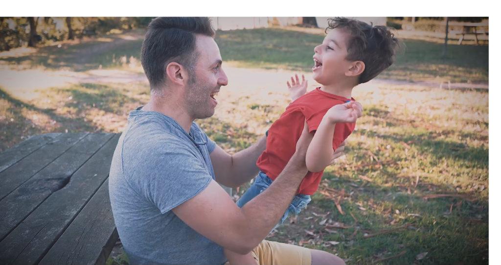Pai e fillo reproducindo un dito